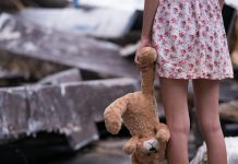 Fetiță abuzată sexual de părinți timp de 6 ani